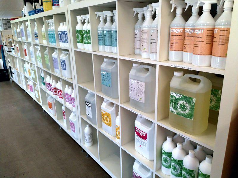 Noso-Tuote kemiantehdas tuusulassa. Noso-Tuote tuote valikoima. Yleispesuaineet ja tuoksun poistajat. Pisuaarimatot ja ilmanraikastimet. Virtausilmanraikastin.